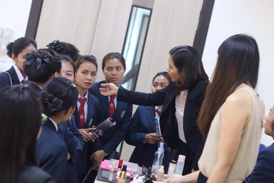 สอนเทคนิคการแต่งหน้าให้กับนักศึกษามหาวิทยาลัย North Bangkok